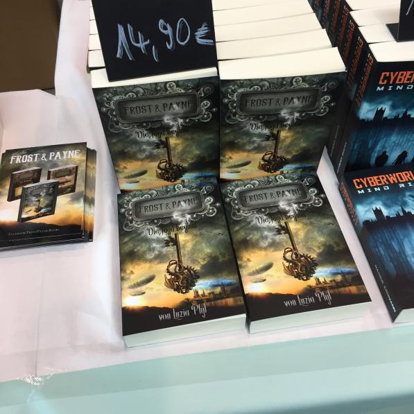 Ausliegende Bücher an einem Stand, Frost & Payne