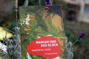 """Cover Al-Saadis Roman """"Miriam und das Glück"""" vor Winterblumen"""