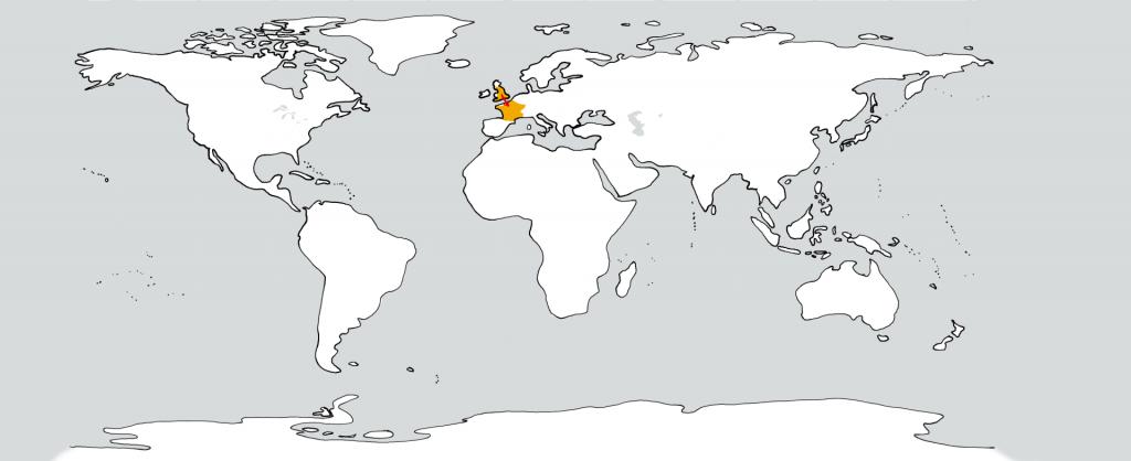 Eine weiße Weltkarte mit zwei goldenen Flecken in der Position von England und Frankreich. Ein roter Pfeil führt vom ersten zum zweiten.
