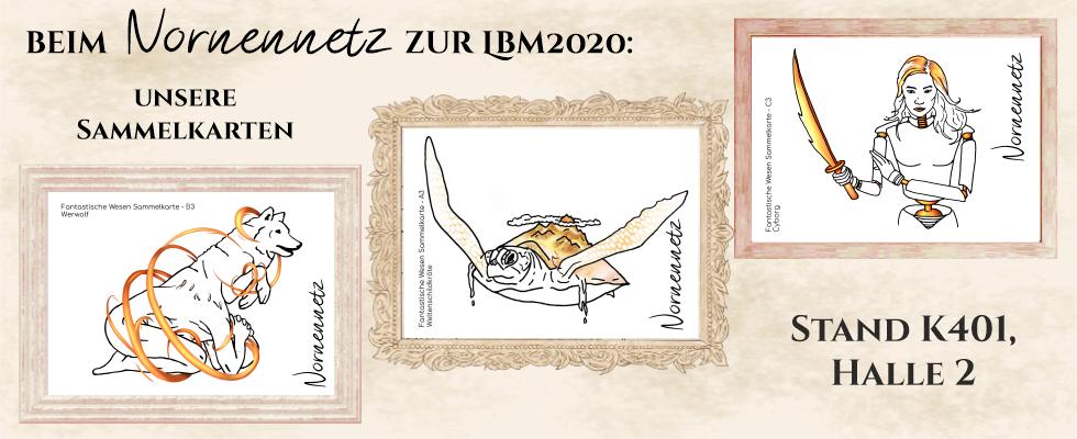 Unsere drei Postkarten Werwolf (Ein Wolf entspringt dem Rücken eines gekrümmten Mannes), Weltenschildkröte und Cyborg, jeweils in hölzernen Rahmen.