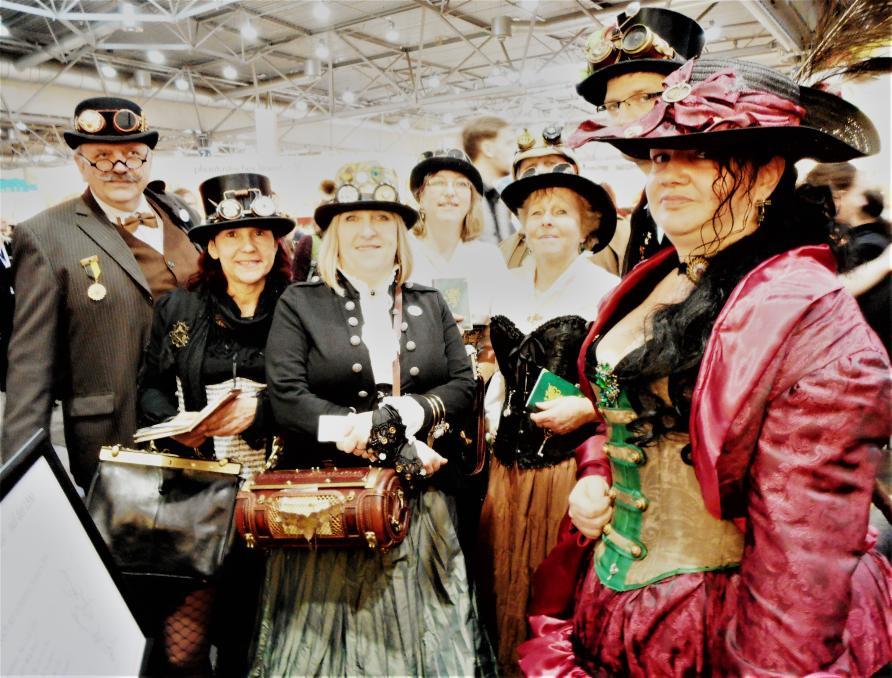 Ein Gruppenfotos von Leuten in Steampunk Kleidung.