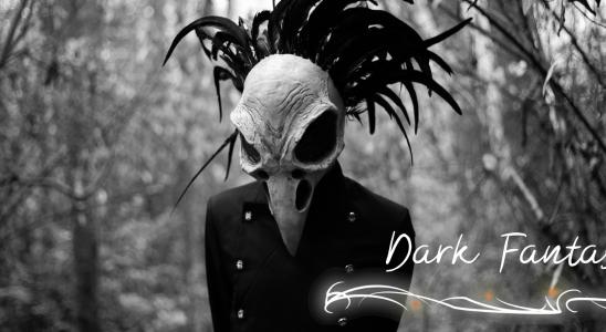 """Gestalt mit Vogelmaske im Wald,düster Beschriftung """"Dark Fantasy"""""""