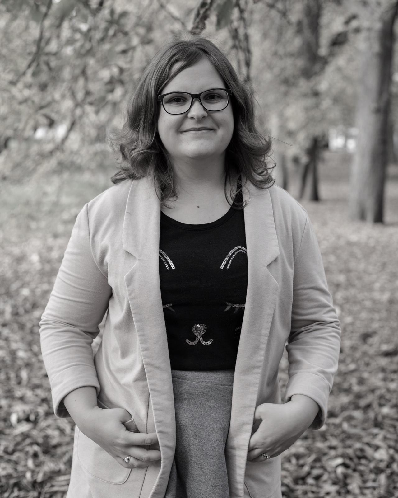 Porträt Autor:in vor Bäumen