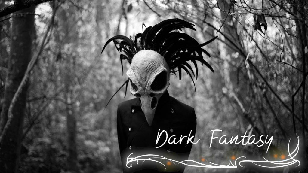 """Gestalt mit Vogelmaske im düsteren Wald. Schwarz weiß gehalten. Beschriftung """"Dark Fantasy"""" mit verschnörkeltem Eckrahmen."""