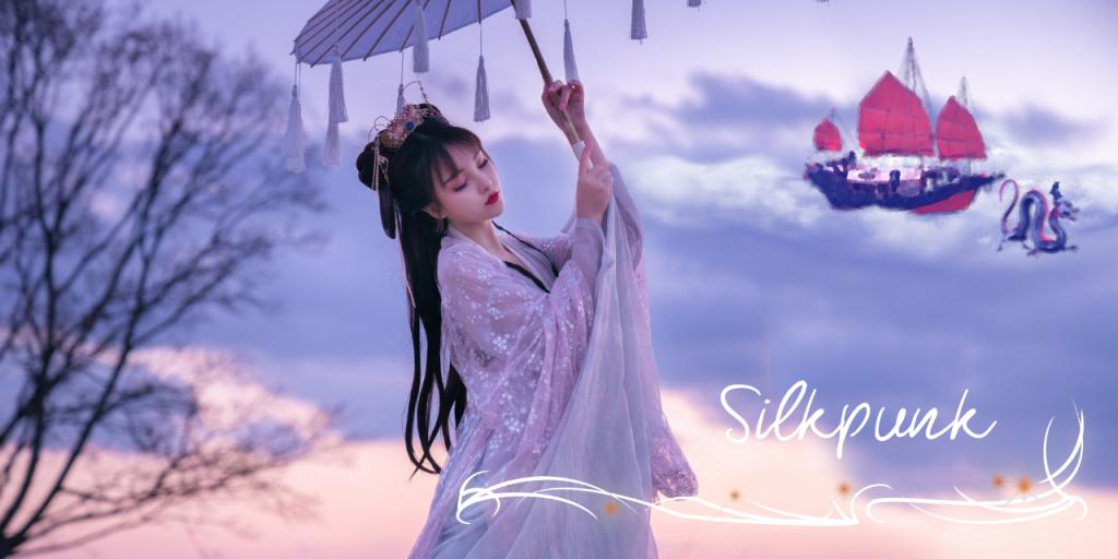 """Ein Bild in lila und rosa Tönen eines Sonnenaufgangs gehalten. Im Vordergrund ist eine Japanische Frau im Kimono, die einen Sonnenschirm mit Bändchen hält. Im Hintergrund eine große Wolke auf der ein traditionelles, japanisches Schiff hinter einem japanischen Drachen (lang mit kurzen Beinen und Hörnern) verschwommen erkennbar ist. Unten rechts ist die Beschriftung """"Silkpunk"""""""